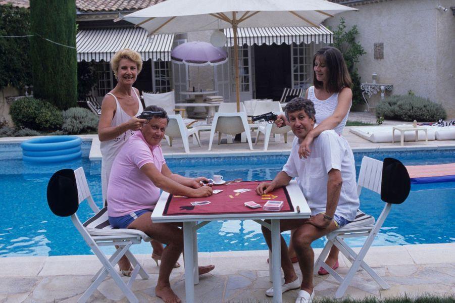 Valbonne (Alpes-Maritimes), 1984 : Philippe Bouvard dans sa propriété et son épouse Colette face à l'humoriste Stéphane Collaro et son épouse Patricia.