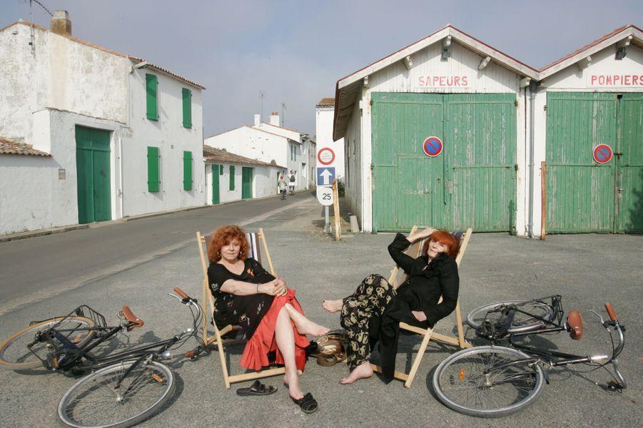 L'écrivain Régine Deforges (1935-2014) et la styliste Sonia Rykiel (1930-2016) sur l'île de Ré.