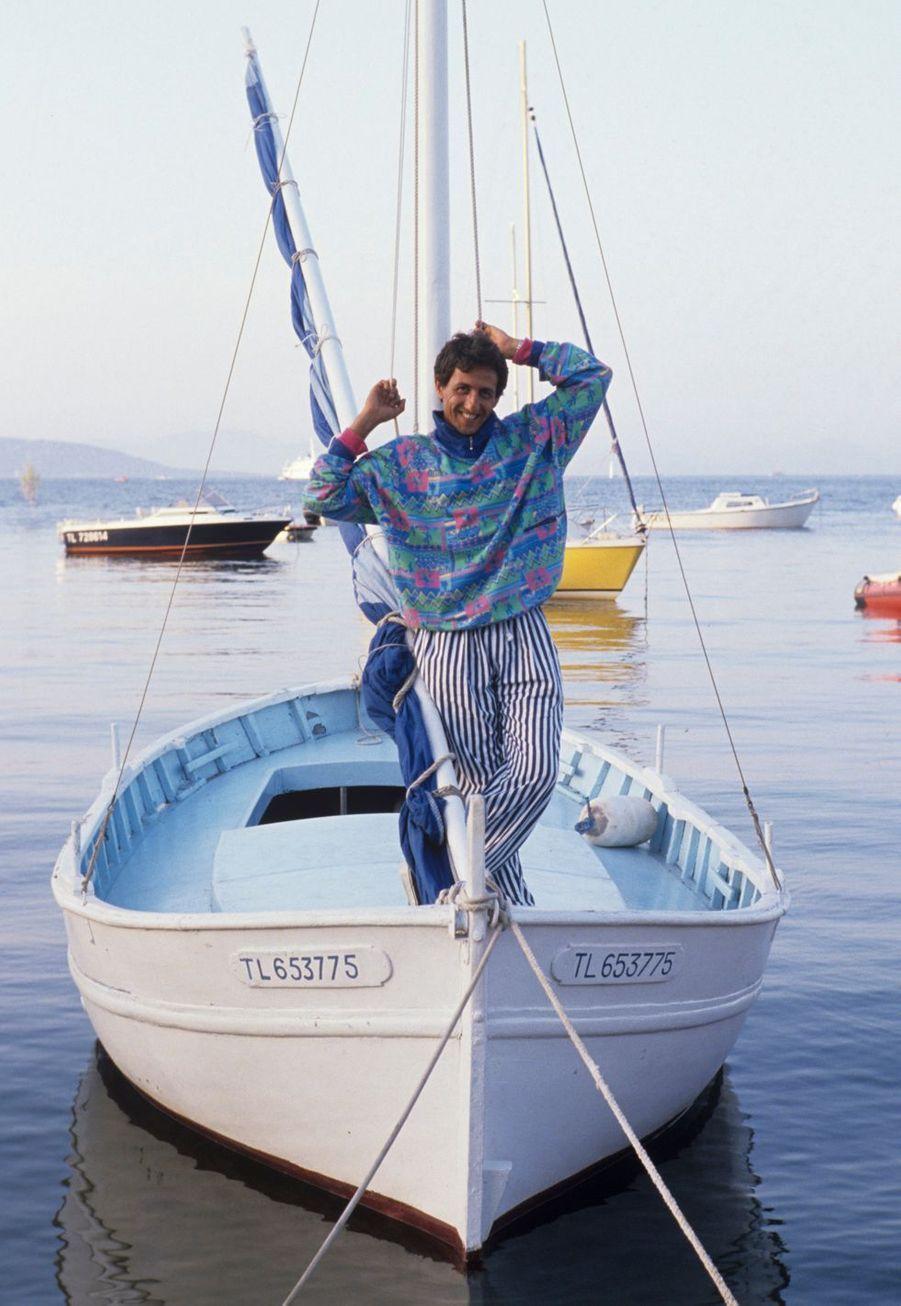 Saint-Tropez, 1988 : l'acteur Richard Anconina sur un bateau amarré.