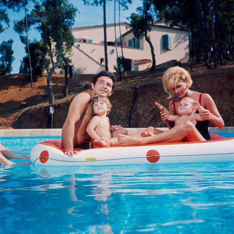 Saint-Tropez, 1964 : le chanteur Richard Anthony en famille, dans sa propriété.