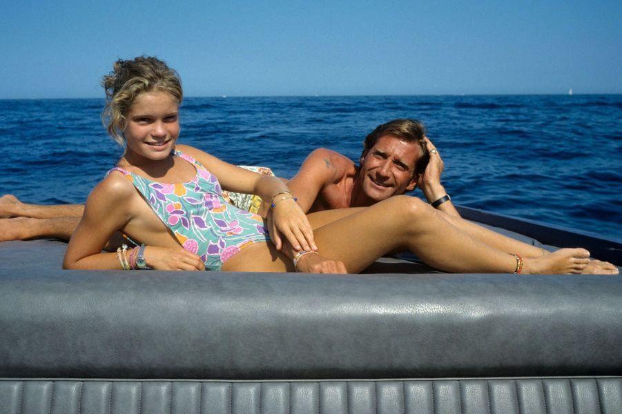 Saint-Tropez, 1989 : Sarah Biasini, la fille de Romy Schneider, avec son père, Daniel Biasini.