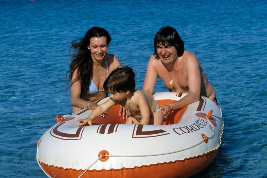 Corse, Porto Vecchio, 1983 : Serge Lama avec son épouse et son fils.