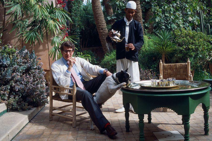 Le couturier Yves Saint Laurent (1936-2008) à l'heure marocaine sur la terrasse de sa villa Oasis à Marrakech.