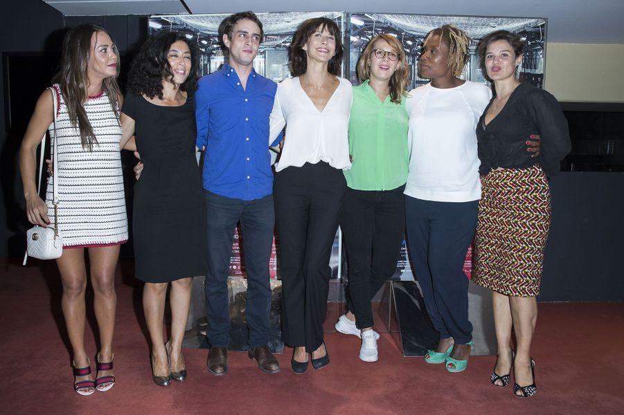"""Sophie Marceau rayonnante avec toute l'équipe de """"La Taularde"""", le 13 septembre 2016."""