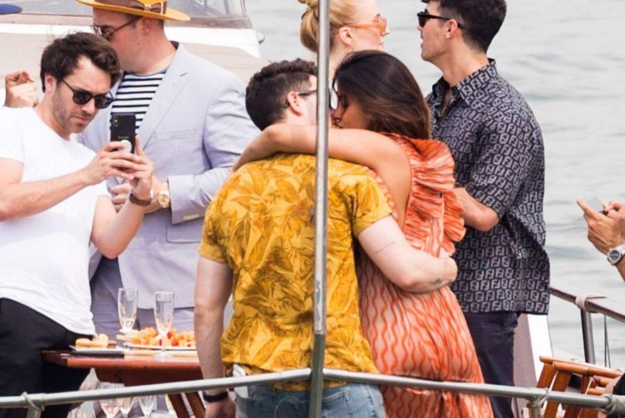 Priyanka Chopra et Nick Jonas sur un bateau sur la Seine le 24 juin 2019.