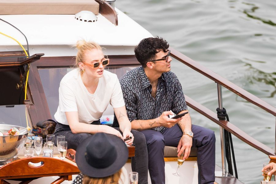 Sophie Turner et Joe Jonas sur un bateau sur la Seine le 24 juin 2019.