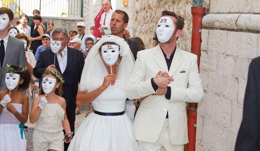 Emma De Caunes et le musicien anglais Jamie Hewlett (le bassiste et graphiste du groupe Gorillaz) se sont mariés le 10 septembre 2011 à Saint-Paul-De-Vence, dans les Alpes-Maritimes. Le couple avait fait un pied de nez aux paparazzi en sortant de l'Eglise masqués.