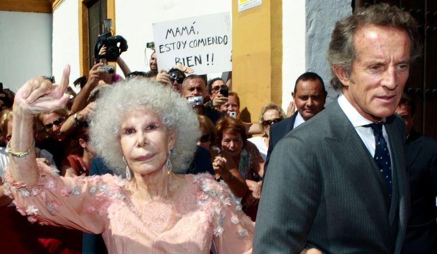 Au terme d'une controverse de trois ans et malgré l'opposition de ses enfants et de la famille royale espagnole, la duchesse d'Albe s'est mariée le 5 octobre pour la troisième fois. A 85 ans, Cayetana a enfin épousé ce mercredi Alfonso Diez, son compagnon de 24 ans son cadet, à Séville sous les applaudissements de ses admirateurs.