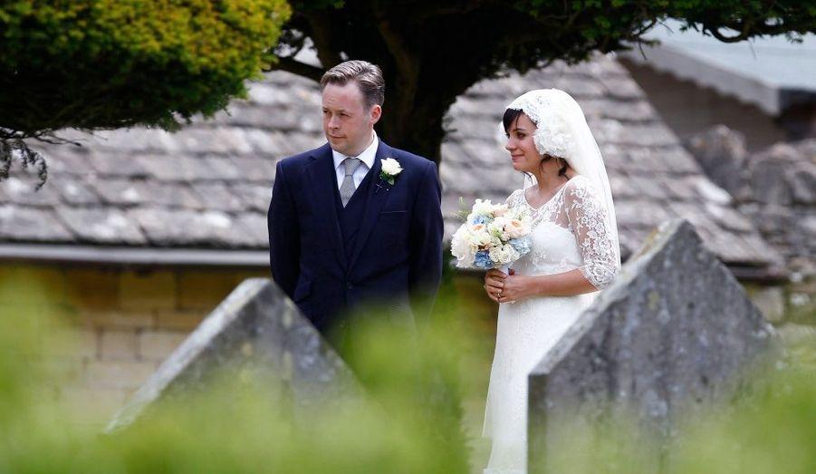 Lily Allen s'est mariée le 11 juin avec le décorateur Sam Cooper, son compagnon depuis 2009. Le 25 novembre 2011 le couple a accueilli une petite fille, dont le prénom n'a pas été révélé.