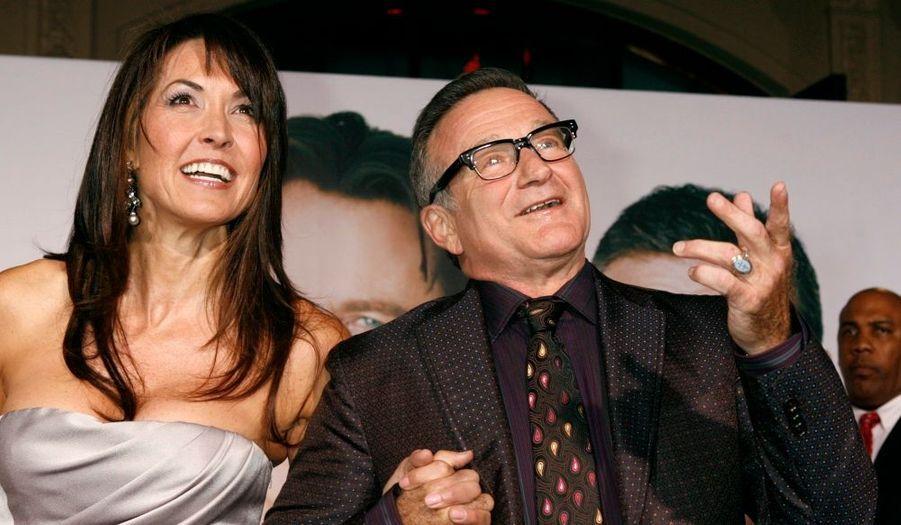 Jamais deux sans trois. Robin Williams s'est marié le 23 octobre avec la graphiste Susan Schneider. La cérémonie, surprise, a eu lieu à l'hôtel Meadowood dans la Napa Valley, en présence des trois enfants de monsieur (Zachary, 28 ans, Zelda, 22 ans, et Cody, 19 ans). Il s'agit du troisième mariage pour le comédien de 60 ans, après ses unions avec Valerie Velardi et Marsha Garces (jusqu'en 2008). Le couple s'est rencontré en 2009, quelques semaines avant l'hospitalisation de Robin Williams pour une chirurgie cardiaque, indique The Guardian.