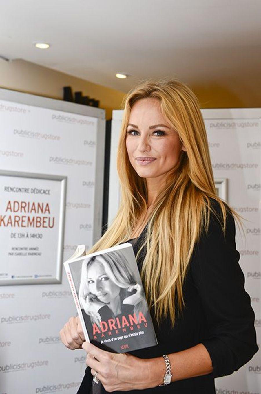 Adriana Karembeu a une séance de dédicace pour sa biographie «Je viens d'un pays qui n'existe plus», en présence de son mari André Ohanian.
