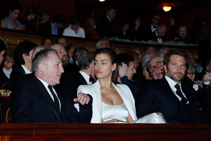 François-Henri Pinault, Irina Shayk et Bradley Cooper à Paris le 9 mars 2016