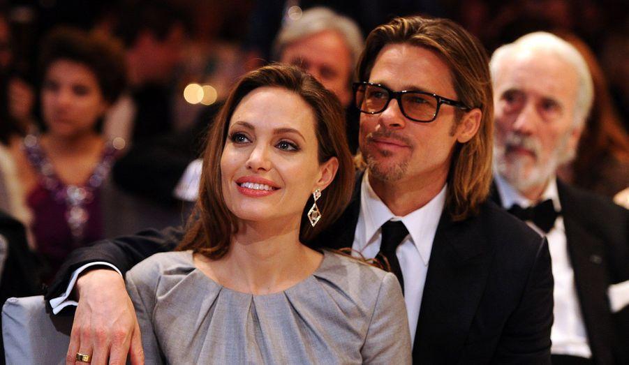 Alors que Brad Pitt et Angelina Jolie viennent de sortir leur rosé bio, retour en images sur ces autres stars qui ont investi dans la culture du raisin. Jeudi 7 mars, les 6000 premières bouteilles se sont vendues en cinq heures sur le web. Il s'agit de leur première cuvée, «Miraval», produite dans Vaucluse, où ils sont propriétaires de plusieurs vignobles.