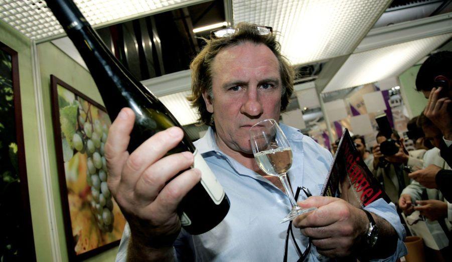 La notoriété de Gérard Depardieu dans la viticulture n'est plus à prouver. Depuis 1989, quand il achète 94 hectares du domaine de Tigné, dans le Maine-et-Loire, c'est une véritable passion. Aujourd'hui, le domaine produit près de 350 000 bouteilles par an. Il est également associé à Bernard Magrez avec qui il a créé la société «La Clé du Terroir». En tout, ils possèdent cinq vignobles et produisent entre 70000 et 80000 bouteilles chaque année.