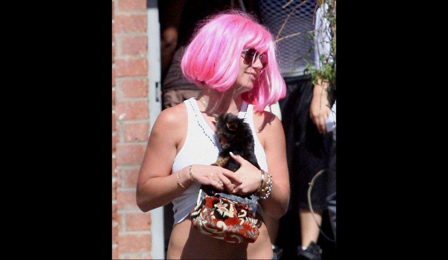 Son rasage de crâne est inclassable. Ce n'est ni pour le cinéma ni pour l'amour de la mode qu'elle s'est coupé les cheveux en 2007, mais parce qu'elle était en proie à une violente dépression. Après son acte désespéré, elle a arboré perruques et extensions pendant de longs mois.