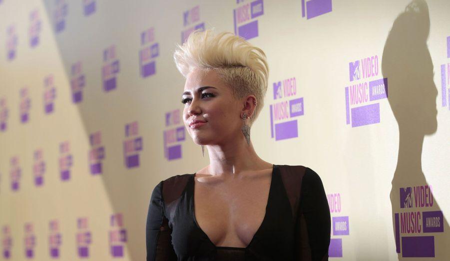 La starlette avait envie de changer d'image. Finis la longue chevelure brune et les tenues d'ado sage, Miley Cyrus a opéré un virage en se rasant les côtés du crâne et en se teignant les cheveux en blond platine.