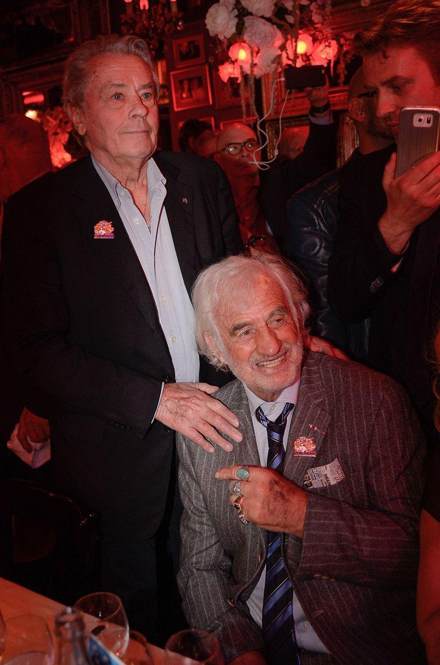 Alain Delon et Jean-Paul Belmondo à l'anniversaire de Michou, à Paris, le 20 juin 2016.
