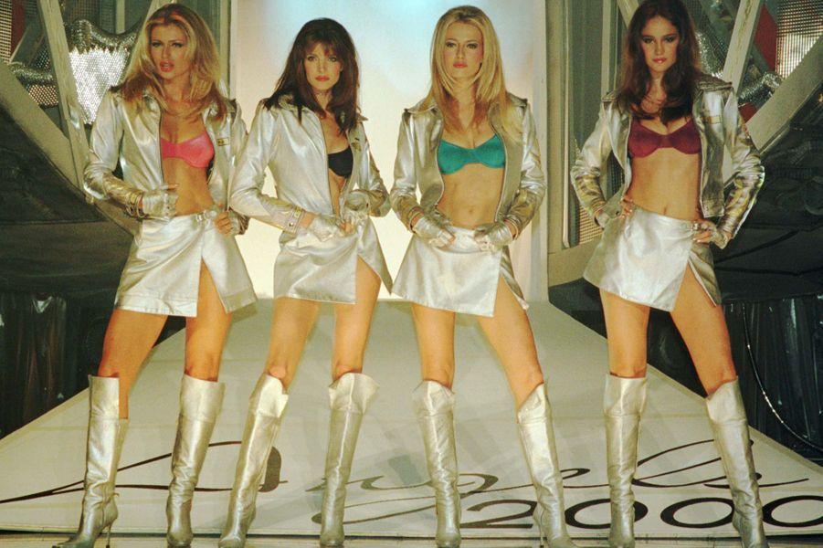 """Le défilé """"Angels 2000"""" de la marque Victoria's Secret en 1998 à New York (Daniela Pestova, Stephanie Seymour, Karen Mulder et Ines Rivero)."""