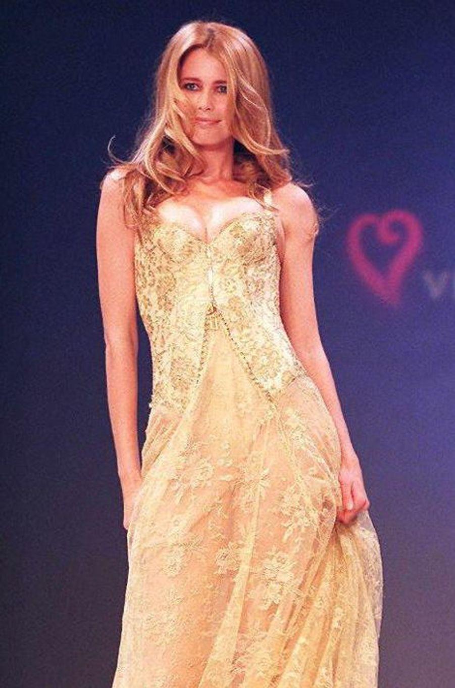 Le défilé de la marque Victoria's Secret en 1997 à New York (Claudia Schiffer).