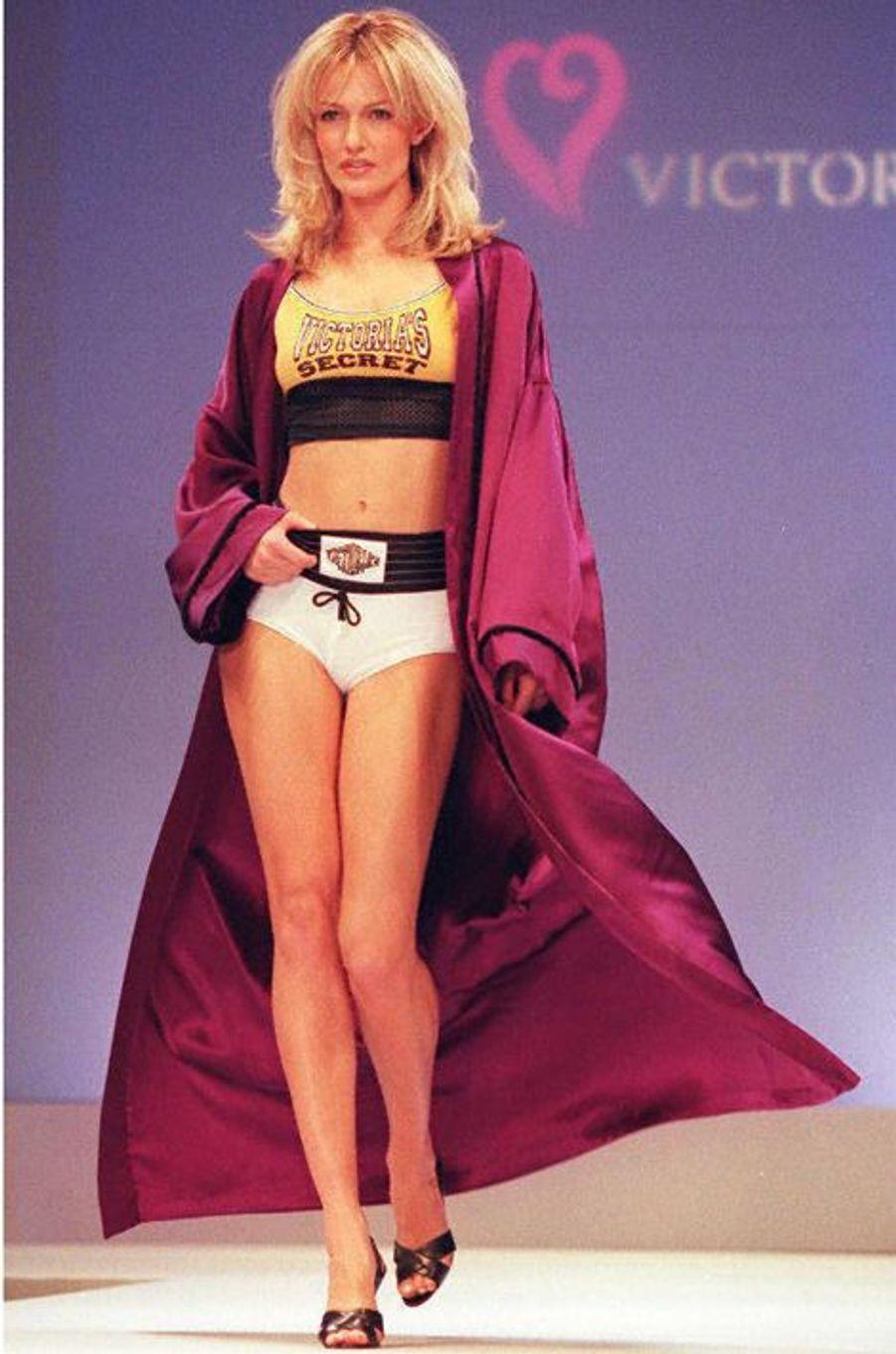 Le défilé de la marque Victoria's Secret en 1997 à New York (Karen Mulder).
