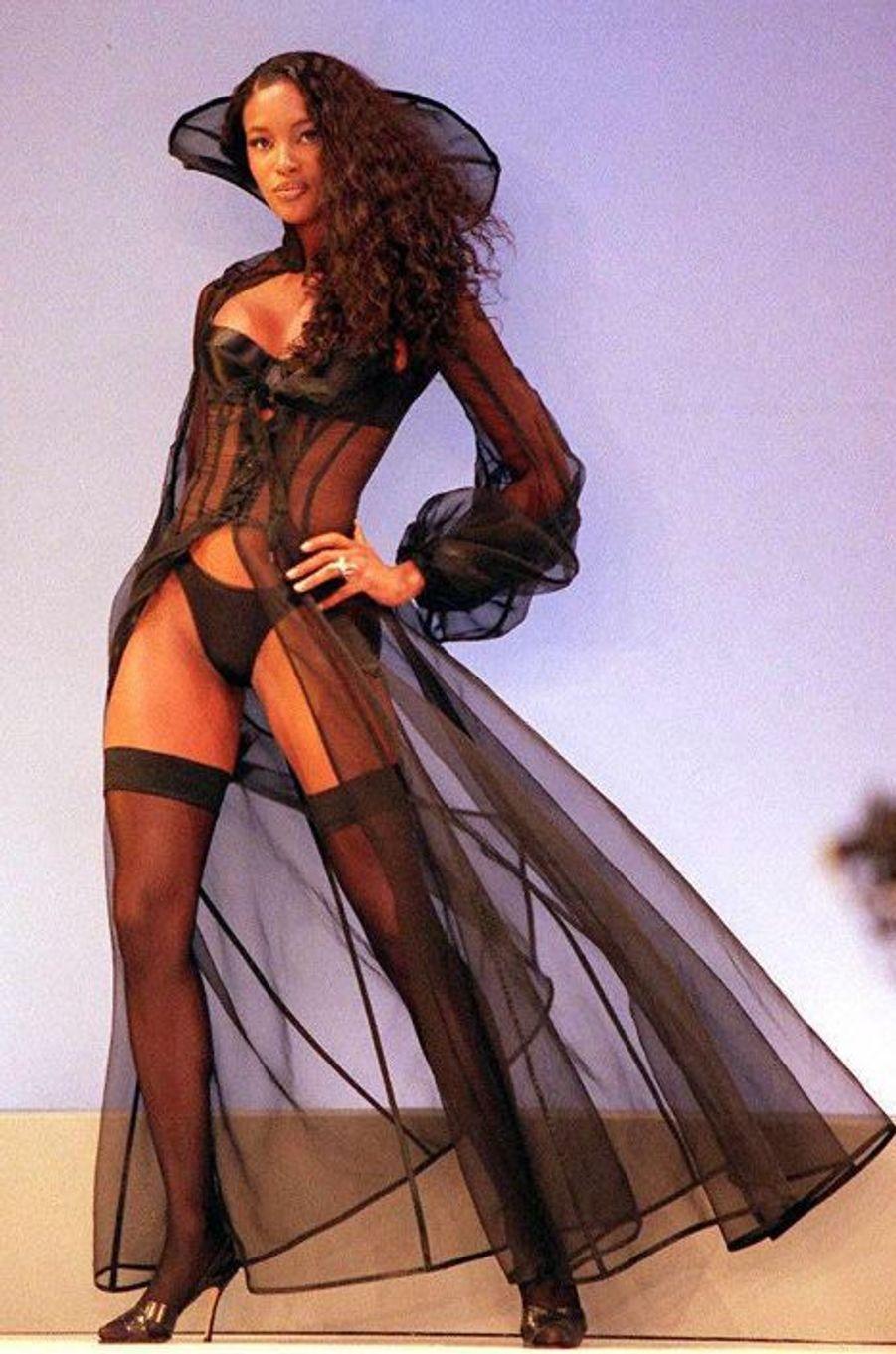 Le défilé de la marque Victoria's Secret en 1997 à New York (Naomi Campbell).