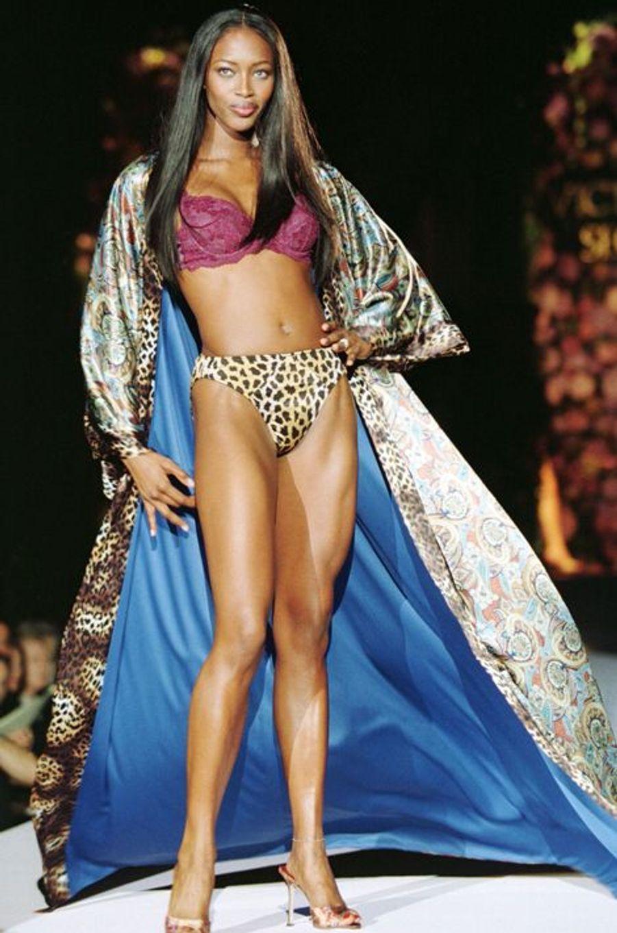 Le défilé de la marque Victoria's Secret en 1998 à New York (Naomi Campbell).