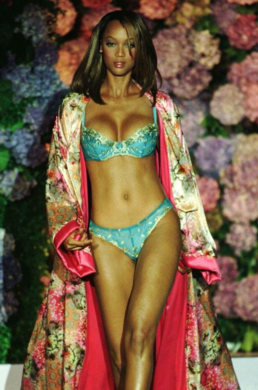 Le défilé de la marque Victoria's Secret en 1998 à New York (Tyra Banks).