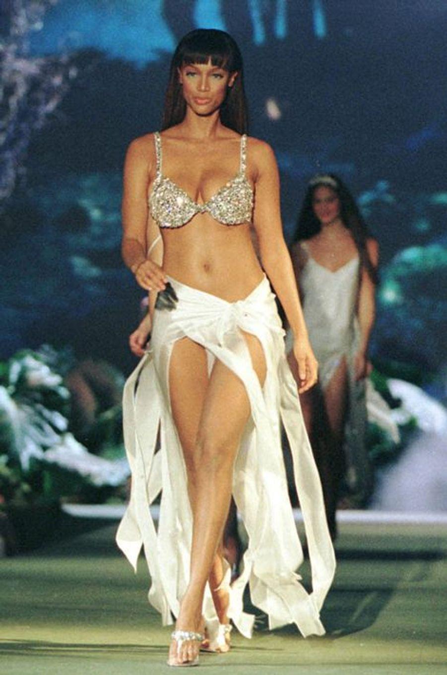 """Le défilé de la marque Victoria's Secret en 1999 à New York (Tyra Banks et le """"Fantasy Bra"""")."""