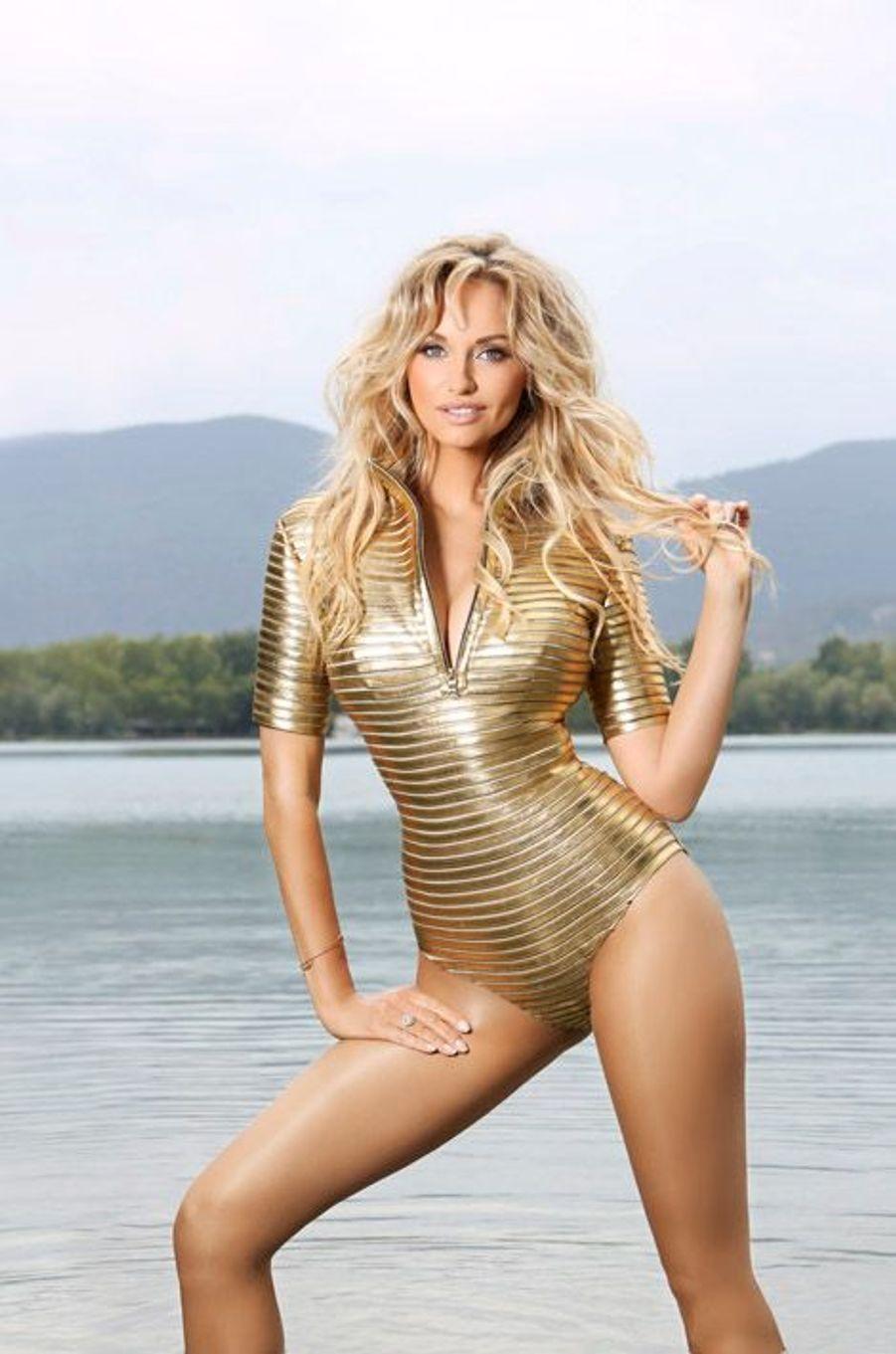 Attitude sexy d'Adriana KAREMBEU, habillée en Jitrois, au lac de Banyoles.