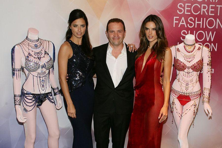 Adriana Lima et Alessandra Ambrosio entourée du joaillier Mouawad à Las Vegas le 13 novembre 2014