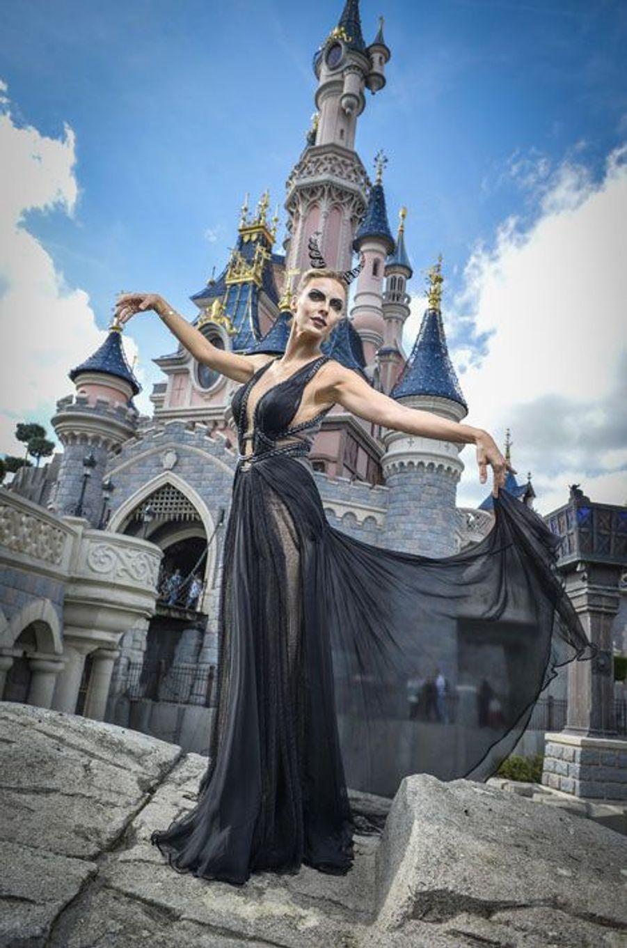 Sylvie Tellier devient Maléfique le temps d'une journée à Disneyland Paris pour Halloween