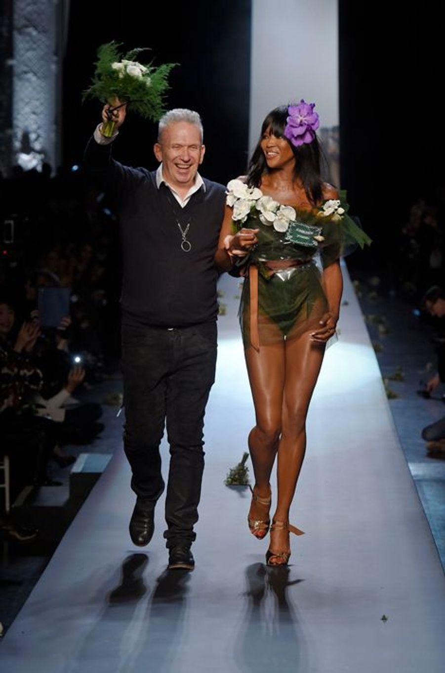 Jean-Paul Gaultier et Naomi Campbell clôturent le défilé Haute Couture