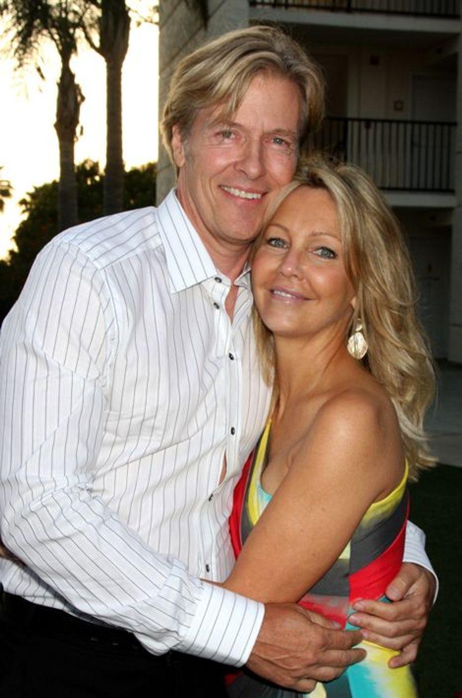 Les deux vedettes des années 90, qui interprétaient respectivement Amanda Woodward et Peter Burns dans la série «Melrose Place», sont également partenaires dans la vraie vie. En couple depuis 2007, les comédiens s'étaient fiancés en 2011 mais avaient finalement décidé d'annuler leurs plans en novembre de la même année. Ils sont toujours en couple.