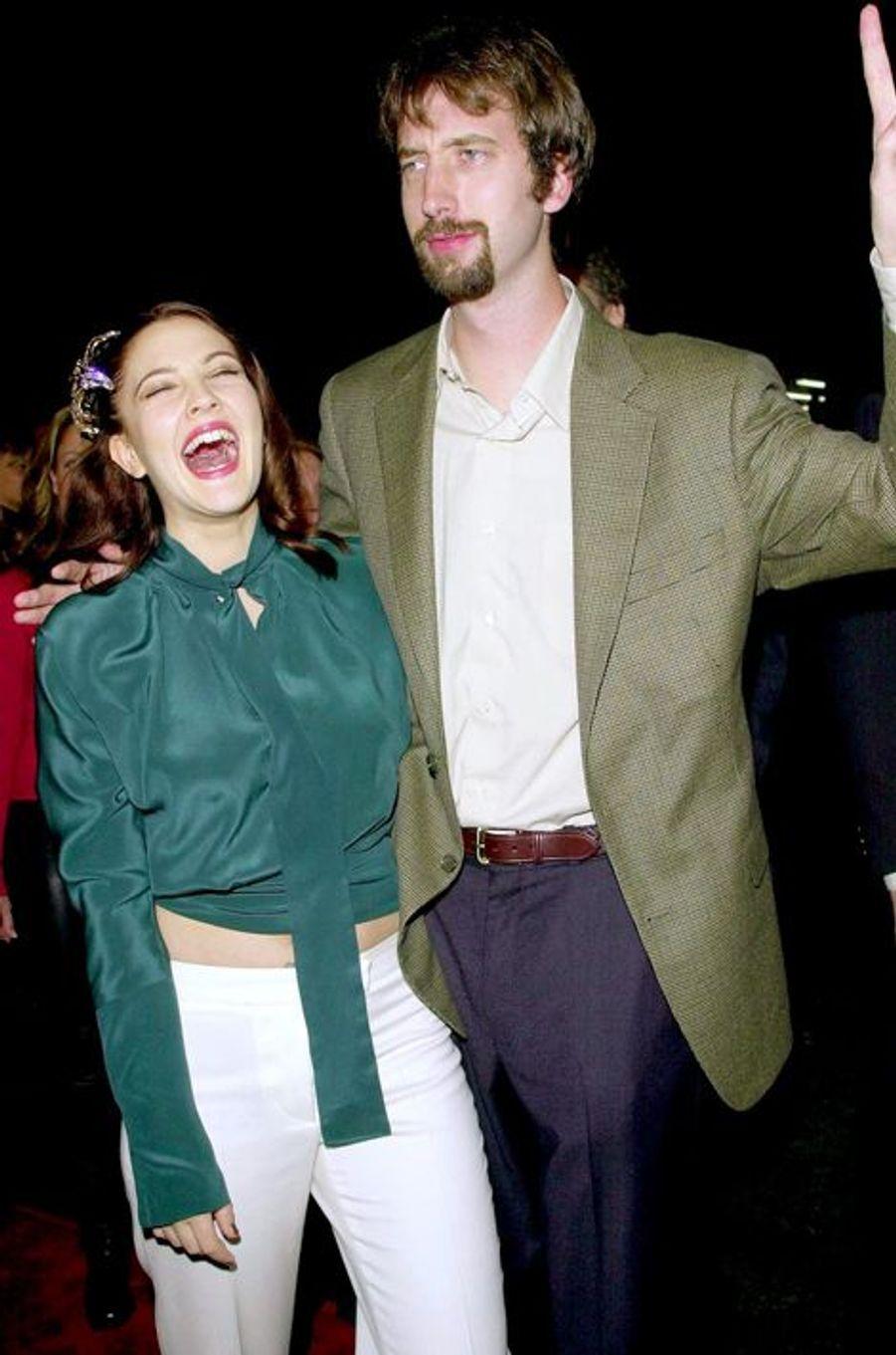 En 2001, Drew Barrymore est seulement âgée de 26 ans lorsqu'elle décide d'épouser le comédien Tom Green - rencontré sur le tournage de «Charlie et ses drôles de dames» - après quelques mois de relation. Une union qui a fait «plouf» : mariés en juillet, le couple se sépare en octobre de la même année.