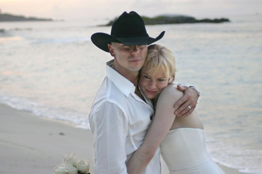 La star de «Bridget Jones» a été mariée pendant quatre mois au chanteur de country Kenny Chesney. Les tourtereaux s'étaient dit «oui» en mai 2005 après quelques mois de relation. «L'épouser a été la plus grande erreur de ma vie. Je me suis sentie idiote», déclarait l'actrice au magazine britannique «Now» en 2007.
