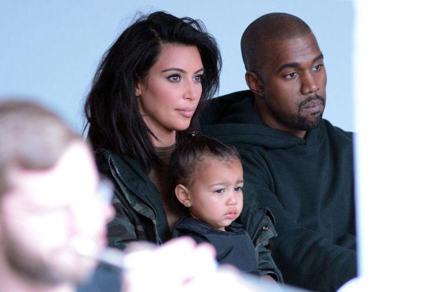 Kim Kardashian et Kanye West sont officiellement parents pour la seconde fois. Samedi 5 décembre, leur fils est né. Lundi, les deux stars révélaient le prénom de leur garçon : Saint. Une originalité qui s'ajoute à la longue liste des excentricités du couple, déjà parents d'une petite North.Après plusieurs mois de suspense, Ryan Reynolds avait quant à lui dévoilé le prénom de sa fille sur le plateau de l'émission «Today» en mars dernier. Très discrets depuis la naissance de leur petite James, l'acteur canadien et son épouse, la sublime Blake Lively, ont misé sur l'originalité en optant pour la tendance d'un prénom masculin.Ces derniers mois, les stars américaines ont surpris les médias en révélant le prénom de leur nouveau-né : Mila Kunis et Ashton Kutcher ont baptisé leur bébé Wyatt, tandis qu'Eva Mendes et Ryan Gosling ont choisi Esmeralda Amada pour leur fille.Depuis plusieurs années déjà, les célébrités font sensation en penchant pour l'originalité et le sensationnel. Katie Holmes a ouvert la voie avec Suri, tandis que Gwen Stefani en a étonné plus d'un avec son cadet, Zuma Nesta Rock. D'autres personnalités vont plus loin, dépassant les limites de la créativité en choisissant des prénoms aussi rares que ridicules. Jason Lee a ainsi choisi Pilot Inspektor pour son fils aîné, tandis que l'actrice Shannyn Sossamon a appelé sa fille Audio Science ou que l'acteur Bob Morrow a une fille prénommée Tu (Tu Morrow = «tomorrow», soit «demain» en anglais).