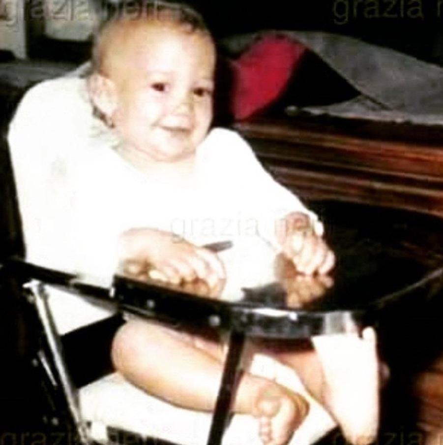 """Assise sur sa chaise, cette petite fille ignorait qu'elle deviendrait la """"bomba latina"""" la plus réputée du showbiz"""