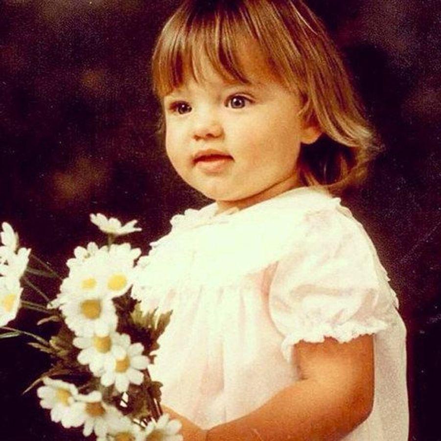 Girly avec son bouquet fleuri, cette petite fille est devenu l'un des mannequins les mieux payés au monde