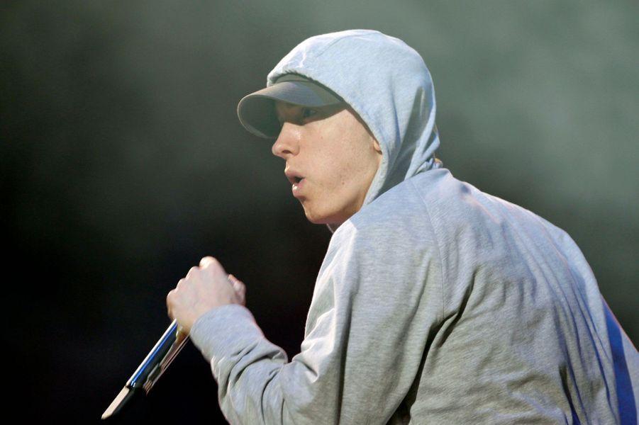 Eminem n'a jamais caché son enfance difficile dans les quartiers de Detroit. Marshall Mathers de son vrai nom, a raconté son calvaire en 1999, dans sa chanson «Brain Damage». «Un garçon blanc, maigre et banal. Ça me rendait malade que ces sales brutes s'acharnent sur moi […] J'étais frappé quotidiennement par un gros gamin appelé D'Angelo Bailey. Un quatrième qui se prenait la tête parce que son père faisait de la boxe. Donc tous les jours il m'enfermait dans les casiers. Un jour il est entré dans les toilettes où je pissais et m'a cogné la tête contre l'urinoir jusqu'à me casser le nez, jusqu'à ce que mes vêtements soient trempés par mon sang, et m'a étranglé au point que je ne pouvais plus respirer».