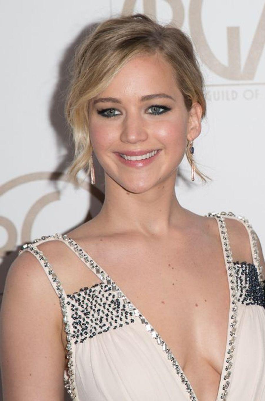 Avant de devenir la nouvelle star cool et branchée d'Hollywood, l'actrice de la saga «Hunger Games» en a bavé à l'école. «J'ai dû changer plusieurs fois d'établissement en primaire car les filles étaient beaucoup trop dures avec moi», a-t-elle confié au tabloïd The Sun en 2013. «Un jour, une fille m'a donné ses cartons d'invitation pour son anniversaire. Elle voulait que je les distribue à ses invités... dont je ne faisais même pas partie ! Mais ça a été, puisque j'ai craché dessus pour ensuite les jeter dans la poubelle. Il ne faut pas se morfondre pour des abrutis. On en croise toute notre vie».