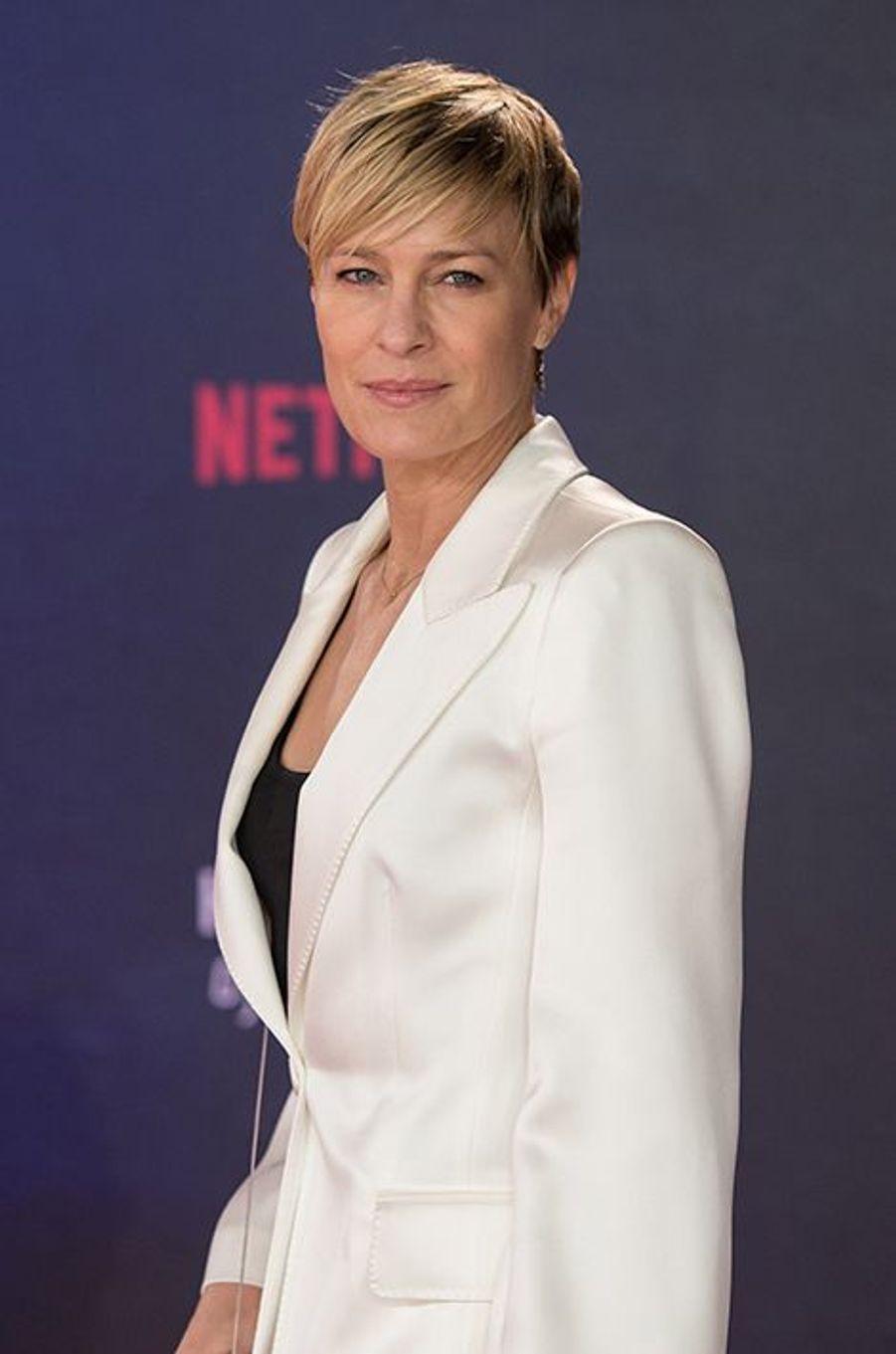 """En 2014, l'actrice de 48 ans choisissait le «Telegraph» pour évoquer le Botox. «Tout le monde le fait. J'imagine que je ne peux pas dire """"tout le monde"""" parce que je n'en suis pas sûre, mais franchement, voyons... C'est juste la plus petite injection de botox, deux fois par an. Je pense que la plupart des femmes optent pour 10 doses, mais ça fige le visage et vous ne pouvez plus le bouger. Là, c'est juste une petite dose, ça se répand et ça lisse le tout.»"""