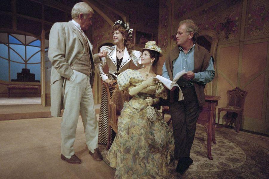 """En 1996 dans la pièce de théâtre """"La puce à l'oreille"""", avec Jean-Paul Belmondo, Sabine Haudepin et le metteur en scène Bernard Murat"""