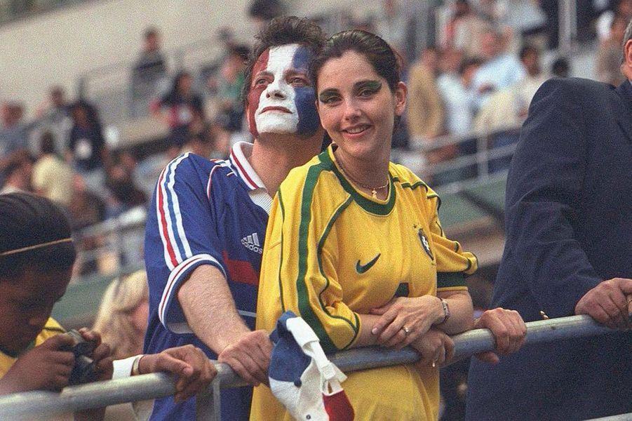 Lors de la finale de la Coupe du monde 1998, dans les bras de Francis Huster