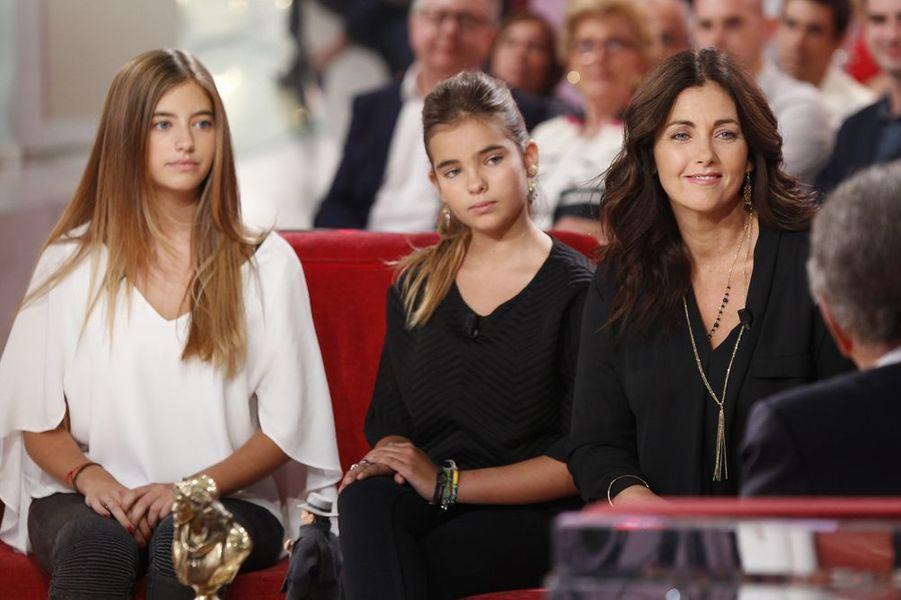 """Sur le plateau de """"Vivement Dimanche"""" en septembre 2014. Aux côtés de ses filles, Elisa et Toscane"""