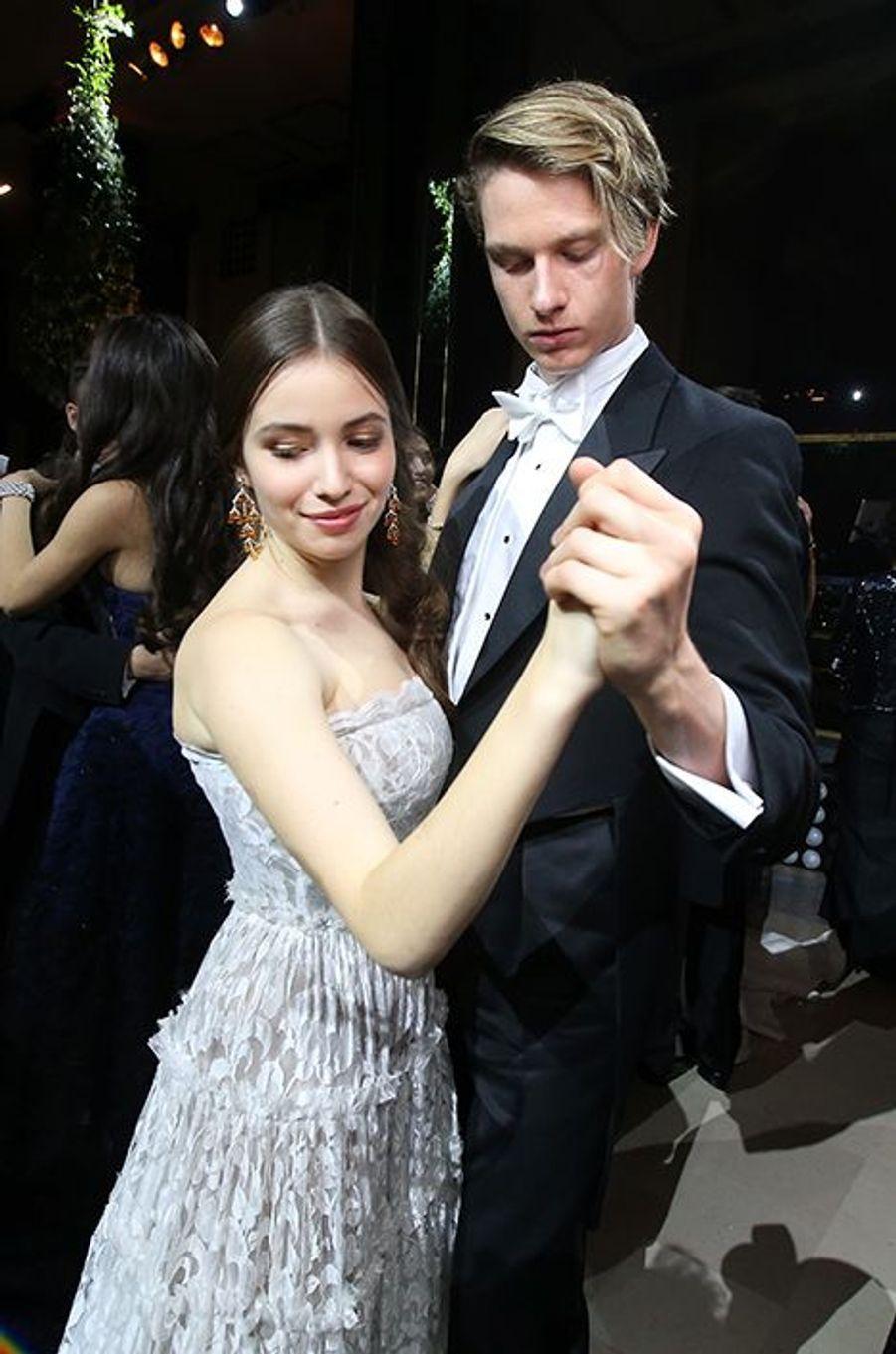 Madeleine Thompson (robe Lanvin, bijoux Payal New York) et son cavalier Jasper Hunt