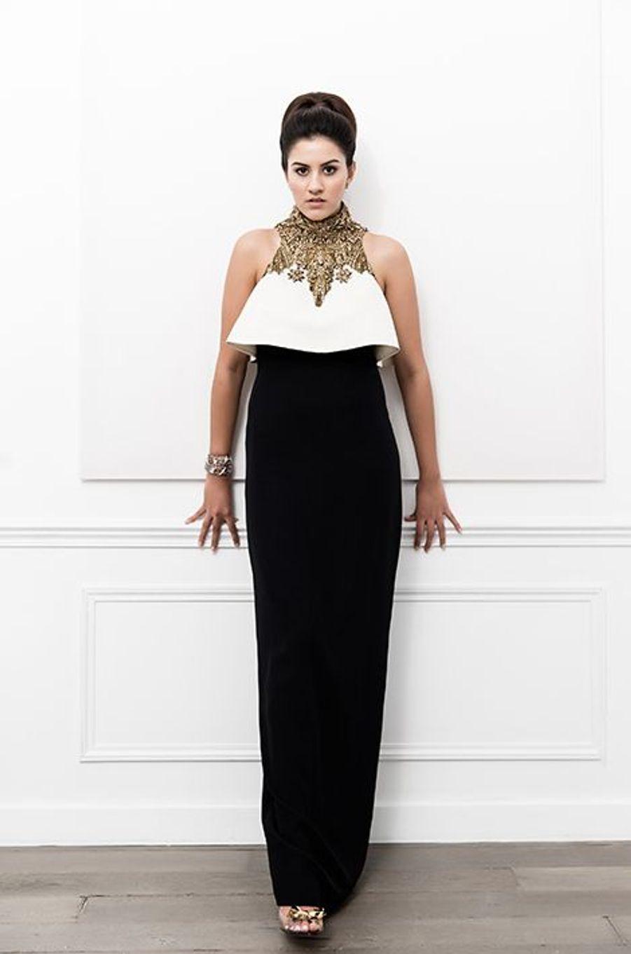 Zara Fistolera (Népal) en robe Alexander McQueen, bijoux Payal New York