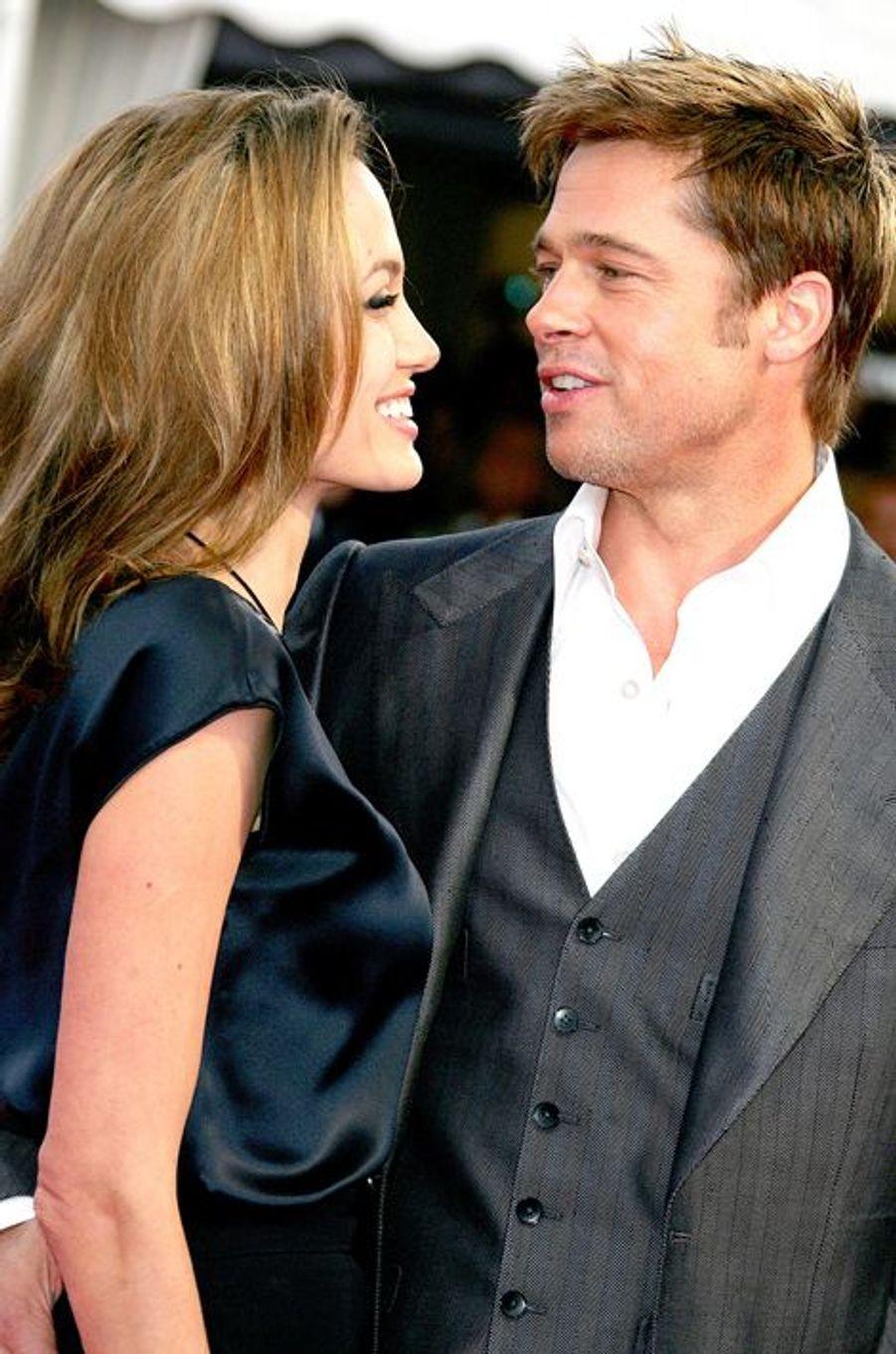 """Couple déjà mythique, les """"Brangelina"""" se rencontrent sur le tournage de """"M. et Mrs. Smith"""" en 2005. Même si les deux acteurs démentent toute relation extraconjugale (Brad Pitt est alors marié à Jennifer Aniston), les premières photos de leurs vacances au Kenya avec les fils de l'actrice durant l'été de la même année ne laissent que peu de place au doute pour les journalistes à l'affût. C'est finalement Angelina Jolie qui annoncera sa grossesse en janvier 2006, confirmant ainsi pour de bon leur relation. Après avoir adopté Zahara et accueilli Shiloh puis les jumeaux Knox Leon et Vivienne Marcheline à l'été 2008, le couple hollywoodien s'est unit dans sa demeure située dans le sud de la France, en août 2014."""