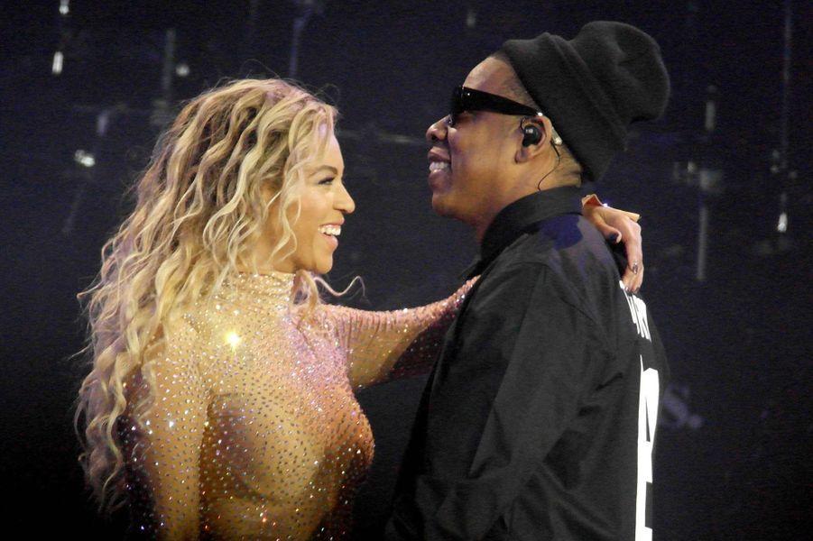 """Considéré comme le couple le plus influent de l'industrie musicale, Beyoncé et Jay-Z partagent leur amour en privé comme sur les plus grandes scènes mondiales. Alors qu'ils se rencontrent lors de l'enregistrement du tube """"Bonnie and Clyde"""" en 2003, c'est tout d'abord dans le secret que les deux amants vivent leur idylle sous l'œil protecteur du père et manager de la chanteuse. C'est finalement lors de leur nouvelle collaboration pour """"Crazy in Love"""", l'année suivante, que leur amour éclate au grand jour. Après un mariage en toute intimité en avril 2008 et l'arrivée de leur célèbre petite fille, Blue Ivy, en janvier 2012, les deux artistes mettent en scène leur amour et poursuivent leurs carrières en duo avec notamment """"On The Run Tour"""", leur dernière tournée américaine l'été dernier."""