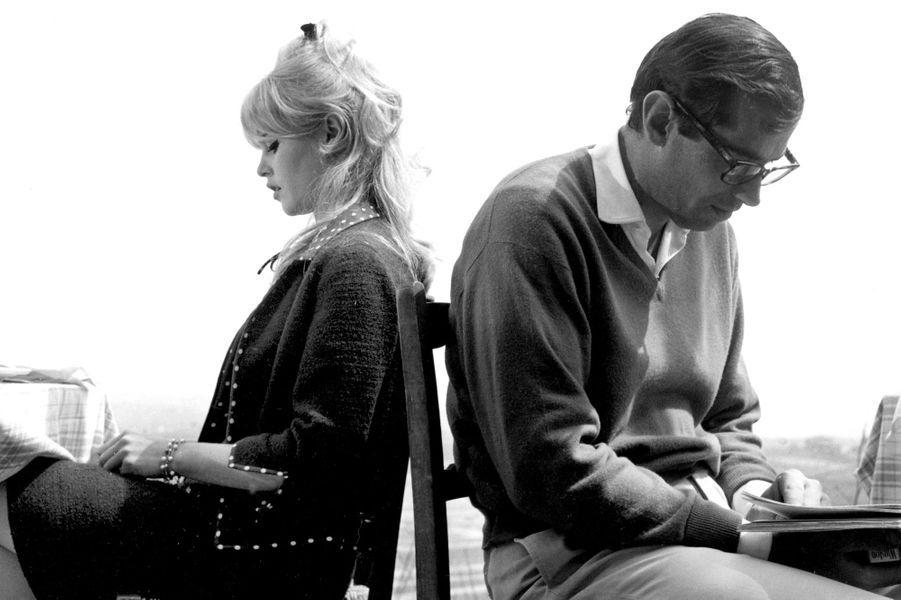 """C'est en voyant son visage en couverture de """"Elle"""" que Roger Vadim, alors assistant du réalisateur Marc Allégret, propose de faire auditionner une jeune Brigitte Bardot âgée de 15 ans. Dès leur rencontre, c'est le coup de foudre, tant et si bien que les parents de Brigitte leur imposent d'attendre sa majorité. C'est donc en 1952 que Roger Vadim épouse celle qu'il mettra en scène dans """"Et Dieu... créa la femme"""" en 1956. Mais alors qu'il a offert à son épouse un rôle lui conférant le statut de sex-symbol reconnu jusqu'aux États-Unis, celle-ci tombe amoureuse de son partenaire à l'écran, Jean-Louis Trintignant. Le couple divorce est alors acté en décembre 1957."""
