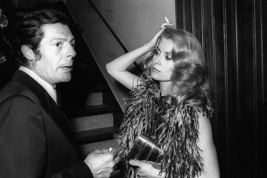 """C'est à Londres, chez Roman Polanski en 1970, que Catherine Deneuve rencontre l'acteur italien Marcello Mastroianni. Après avoir tourné ensemble pour le film """"Ça n'arrive qu'aux autres"""" de Nadine Trintignant en 1971, le couple accueille son unique fille, Chiara, un an plus tard. Mais les deux acteurs se séparent finalement en 1974, Catherine Deneuve dira alors au """"Soir Illustré : """"Ne pas avoir la même éducation, les mêmes racines, la même langue, oui que d'écueils""""."""